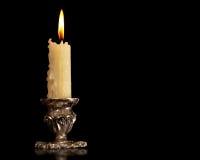 Candeliere d'annata del bronzo dell'argento della vecchia candela bruciante Fondo nero isolato fotografia stock libera da diritti