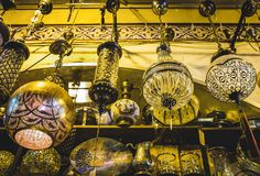 Candeliere d'annata in grande bazar fotografia stock libera da diritti