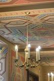 Candeliere decorativo che appende nel corallo della sinagoga in candeliere di BucharesDecorative che appende nel corallo della si Immagine Stock