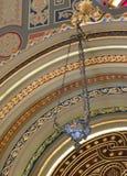 Candeliere decorativo che appende nel corallo della sinagoga nella città di Bucarest in Romania Fotografia Stock Libera da Diritti