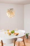Candeliere decorativo e tavola elegante con vino bianco Fotografie Stock Libere da Diritti