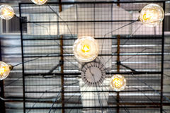 Candeliere del ragno della lampadina della luce gialla fotografia stock
