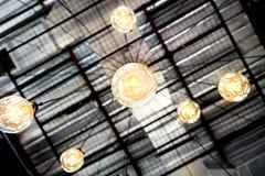 Candeliere del ragno della lampadina della luce gialla di Edison immagini stock
