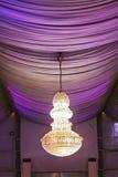 Candeliere del soffitto di Beuatiful in un evento di nozze Fotografia Stock