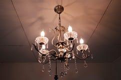 Candeliere dell'oro illuminato lampada d'annata decorata Fotografie Stock Libere da Diritti