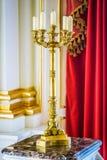 Candeliere della Tabella con cinque candele Immagini Stock