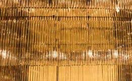 Candeliere di vetro dell'oro con luce Fotografie Stock