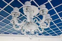 Candeliere di vetro sul soffitto Soffitto blu alla moda, diviso nei quadrati Fotografia Stock Libera da Diritti
