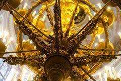 Candeliere dorato nel tempio immagine stock