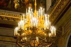 Candeliere dorato nel tempio Fotografia Stock
