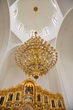 Candeliere dorato sotto la cupola della chiesa cristiana Immagini Stock Libere da Diritti