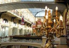 Candeliere elettrico dorato all'interno del deposito immagini stock