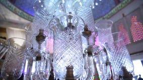 Candeliere moderno di cristallo in fortificazione archivi video