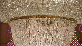 Candeliere moderno di cristallo nella fortificazione archivi video