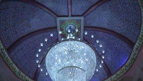 Candeliere moderno di cristallo nella fortificazione video d archivio