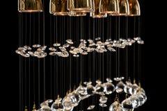 Candeliere moderno per l'interno del salone un mazzo di sfere di cristallo isolate su fondo nero Fotografia Stock Libera da Diritti