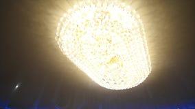Candeliere nel ristorante sulle nozze di festa, la luce nella stanza da una bella decorazione del candeliere del video d archivio