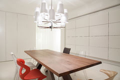 Candeliere progettato nella sala da pranzo fotografia stock libera da diritti