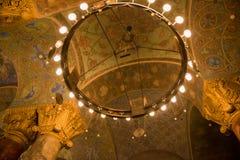 Candeliere rotondo sotto la cupola del tempio Fotografia Stock Libera da Diritti