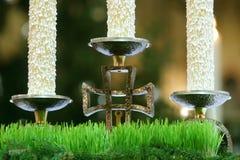 Candeliere sull'altare della chiesa Fotografia Stock