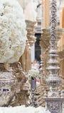 Candelieri d'argento con i fiori per il Natale Fotografia Stock