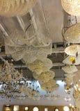 Candelieri di Christal nel negozio domestico di illuminazione Immagini Stock Libere da Diritti