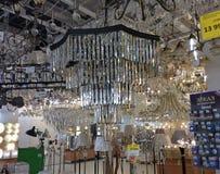 Candelieri di Christal nel negozio domestico di illuminazione Immagine Stock