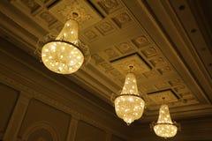 Candelieri di vetro enormi nell'ambito del soffitto della costruzione Fotografia Stock Libera da Diritti
