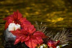 Candels som sitter på rock med julgarneringar Royaltyfri Fotografi