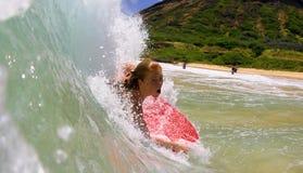 Candice Appleby Bodyboarding in Hawaï stock foto