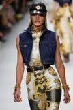Candice Swanepoel camina la pista en la demostración de Versace durante Milan Fashion Week Spring /Summer 2018 imágenes de archivo libres de regalías