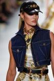 Candice Swanepoel camina la pista en la demostración de Versace durante Milan Fashion Week Spring /Summer 2018 fotos de archivo