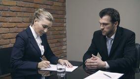 Candidat de entrevue de femme d'affaires pour la position vide banque de vidéos