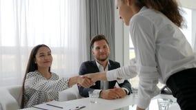 Candidat féminin sur la réunion avec le secrétaire et le patron dans la salle de réunion, femme dans le bureau moderne sur l'entr banque de vidéos