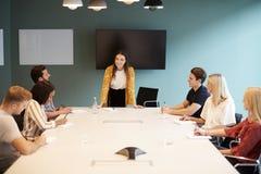 Candidati di Addressing Group Of della donna di affari che si incontrano intorno alla Tabella al giorno laureato di valutazione d immagini stock libere da diritti