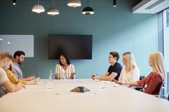 Candidati di Addressing Group Of della donna di affari che si incontrano intorno alla Tabella al giorno laureato di valutazione d fotografie stock