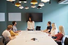Candidati di Addressing Group Of della donna di affari che si incontrano intorno alla Tabella al giorno laureato di valutazione d fotografia stock