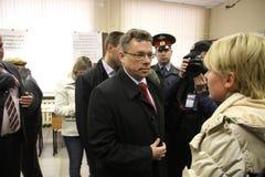 Candidato al alcalde de Khimki del partido de acto del Favorable-Kremlin Oleg Shakhov y de su líder de oposición rival Yevgeniya  Fotos de archivo