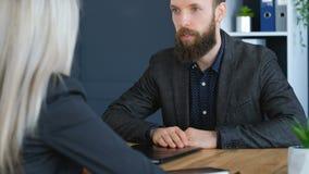 Candidato confiado de la entrevista de trabajo de la reuni?n de negocios metrajes