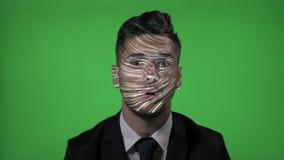 Candidato corporativo con el traje y lazo en un trabajo de las TIC que prueba tecnología futurista en fondo verde - almacen de video