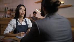 Candidato d'intervista del datore di lavoro femminile per offerta di l$voro stock footage
