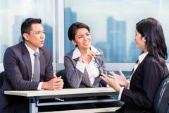 Candidato de aluguer da equipe asiática do recrutamento na entrevista de trabalho fotos de stock
