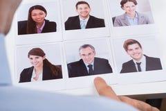 Candidato de Choosing Photograph Of do empresário o melhor fotos de stock royalty free