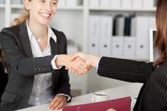 Candidato de Shaking Hands With de la empresaria Fotografía de archivo libre de regalías
