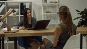 Candidato de trabajo de la empresaria que se entrevista con en oficina metrajes