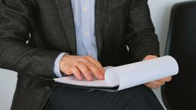 Candidato de trabajo de los documentos del individuo que desnata el cv de los papeles almacen de metraje de vídeo