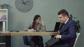 Candidato de trabajo nervioso en la entrevista de trabajo en oficina de la hora metrajes