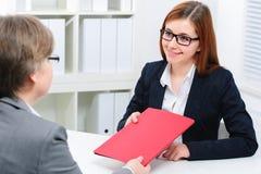 Candidato de trabajo que tiene una entrevista Imagen de archivo libre de regalías