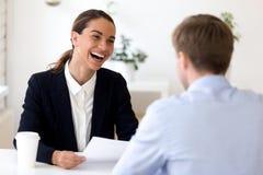 Candidato de trabalho de entrevista do gerente biracial alegre da hora imagens de stock royalty free