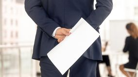Candidato de trabalho forçado no terno que mantém o cv nervoso antes da entrevista imagens de stock